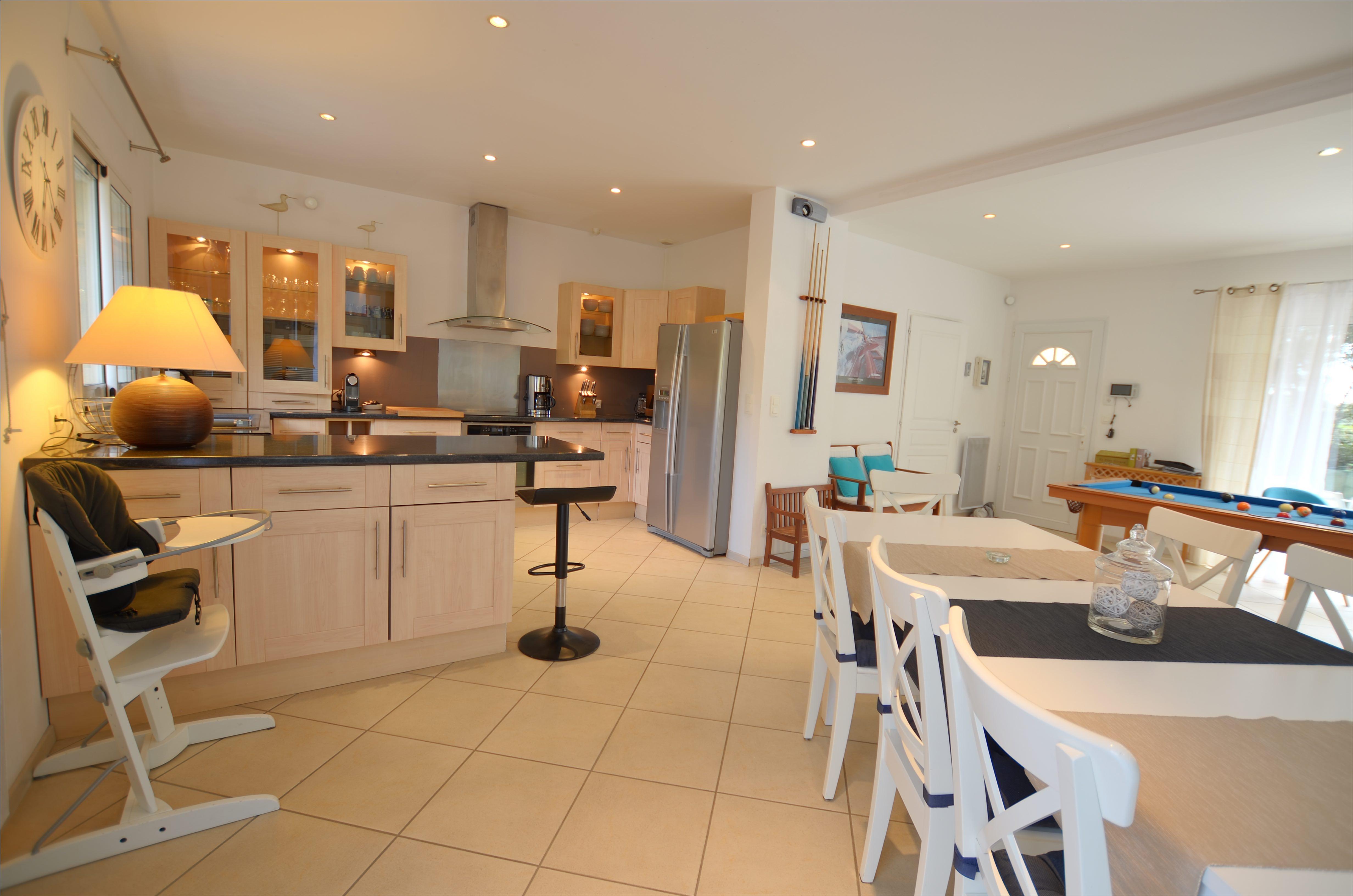 Séjour et cuisine de la Villa Eden Gite de Luxe avec piscine intérieure en Vendée