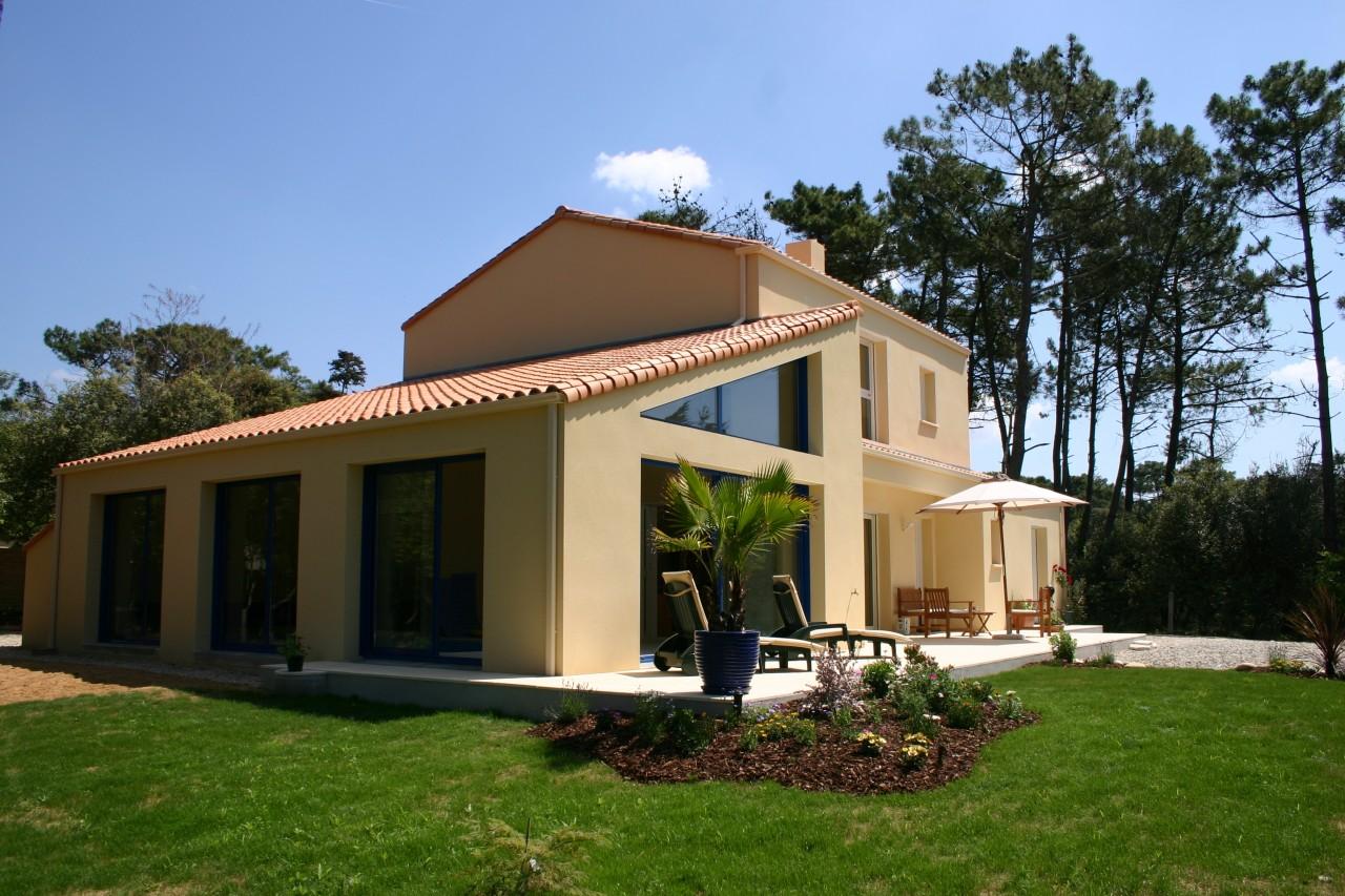 Vue du jardin de la villa avec piscine intérieure